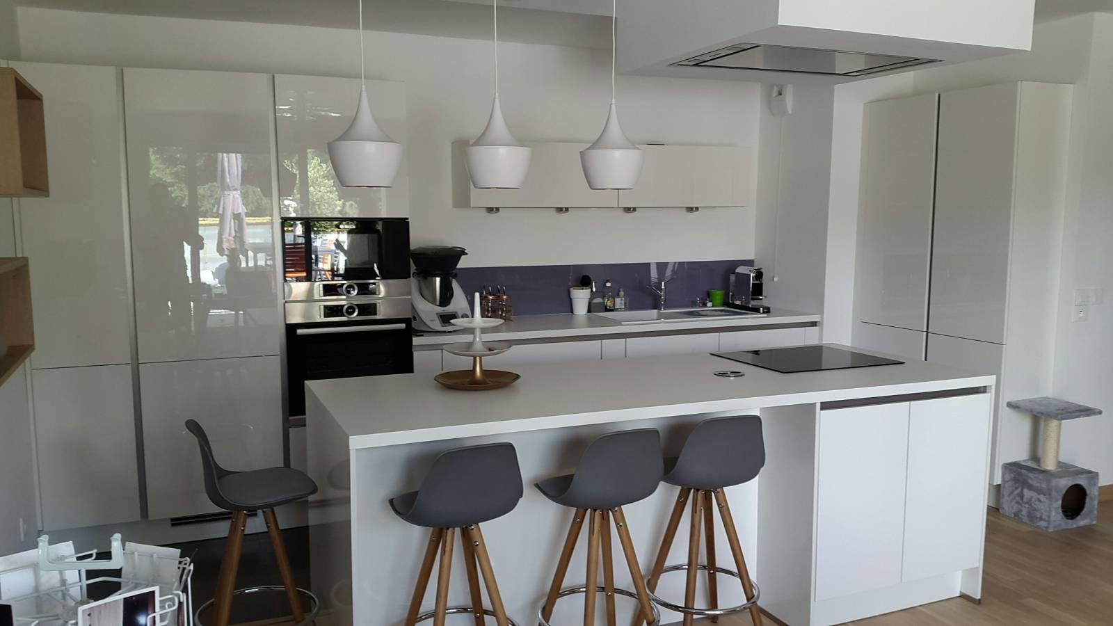 cuisine ilot central blanche lentilly 69210 lyon adc cuisine. Black Bedroom Furniture Sets. Home Design Ideas